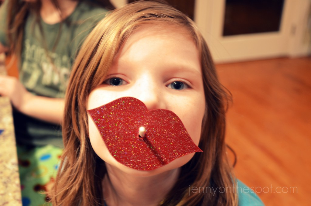 DIY lollipop Valentine lips!!! via @jennyonthespot